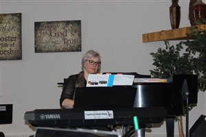 Angela Sommer at the piano